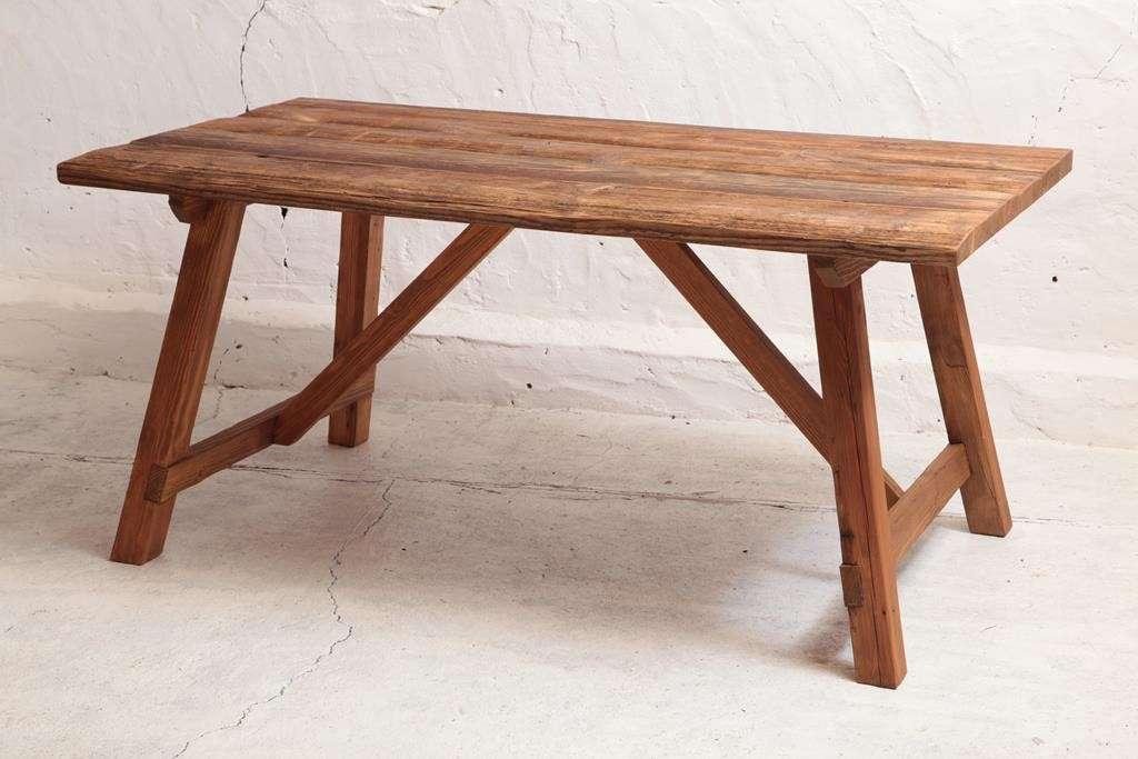 drewniany-stol-ze-starych-desek