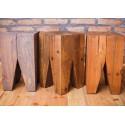 Konkretny stołek ze starego drewna