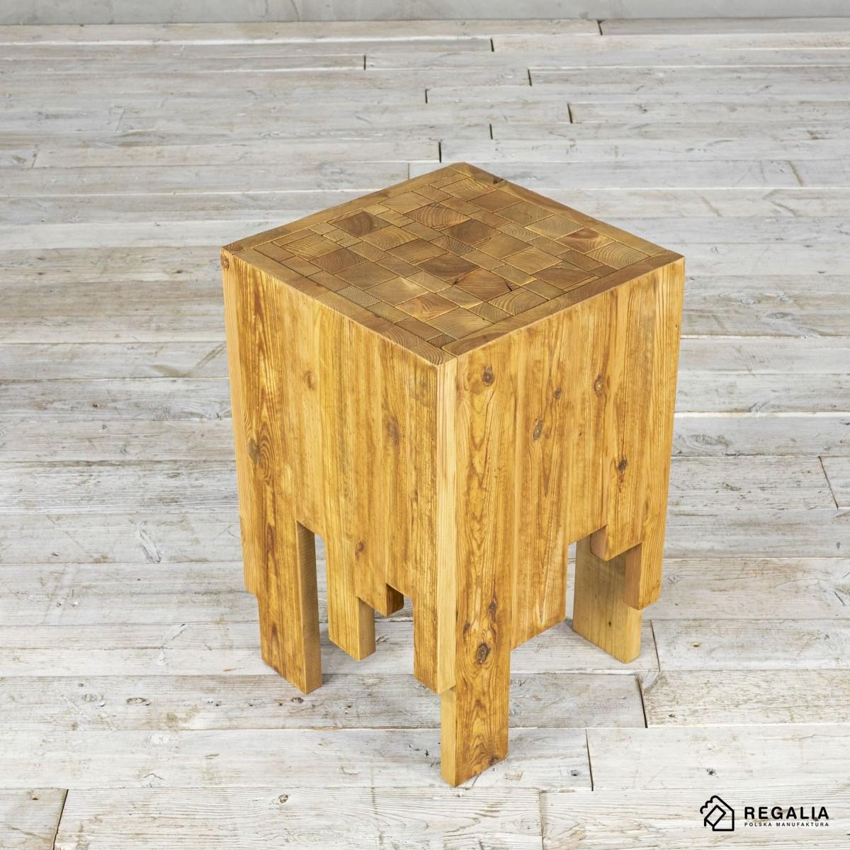 Recyklingowy stołek ze starych desek - przyciemniony